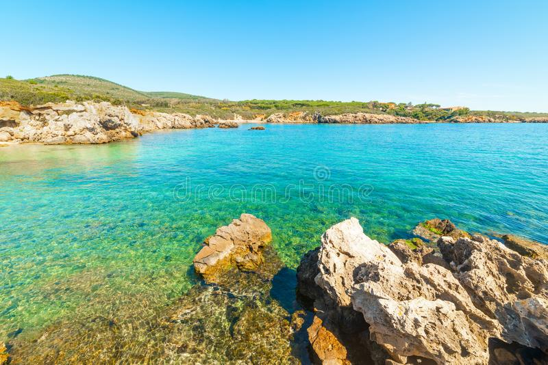 Felsen und blaues Meer an der Küste von Alghero lizenzfreie stockbilder