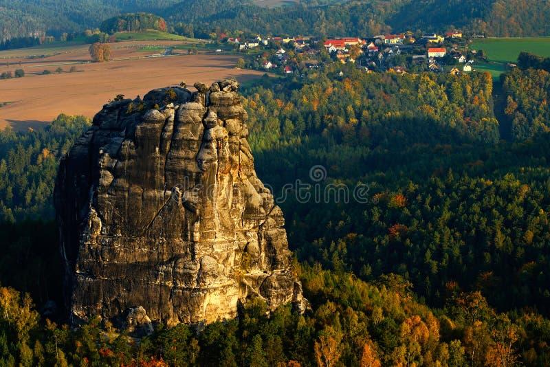 Felsen und Dorf Schrammsteine, schöne Abendansicht über Sandsteinklippe in tiefes nebelhaftes Tal in Sachsen die Schweiz, nebelig stockbilder