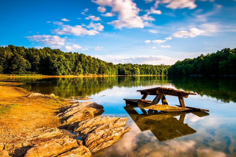 Felsen und ein Picknicktisch im See Marburg, am Codorus-Nationalpark, stockfotografie
