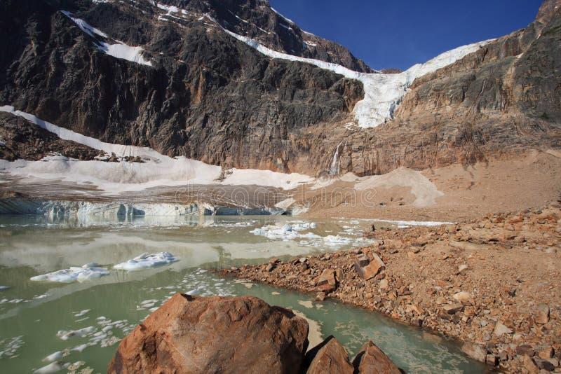Felsen und Fluss-Steine in Cavell Teich lizenzfreie stockfotografie