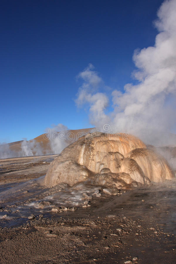 Felsen und Geysir EL-Tatio lizenzfreie stockfotos