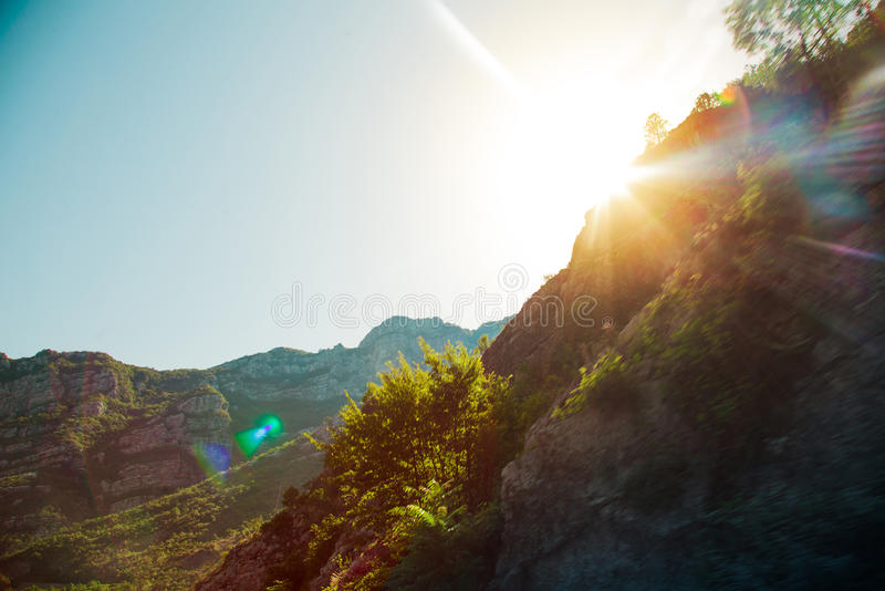 Felsen und ihre Reflexion im Meer bei Sonnenaufgang stockfotos