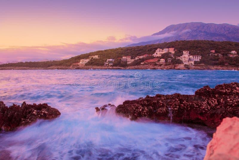 Felsen und ihre Reflexion im Meer bei Sonnenaufgang stockfoto