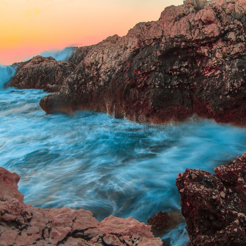 Felsen und ihre Reflexion im Meer bei Sonnenaufgang lizenzfreies stockfoto