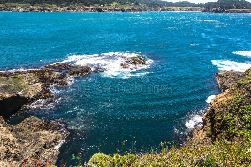 Felsen und Ozean in Mendocino, Kalifornien stockfotografie