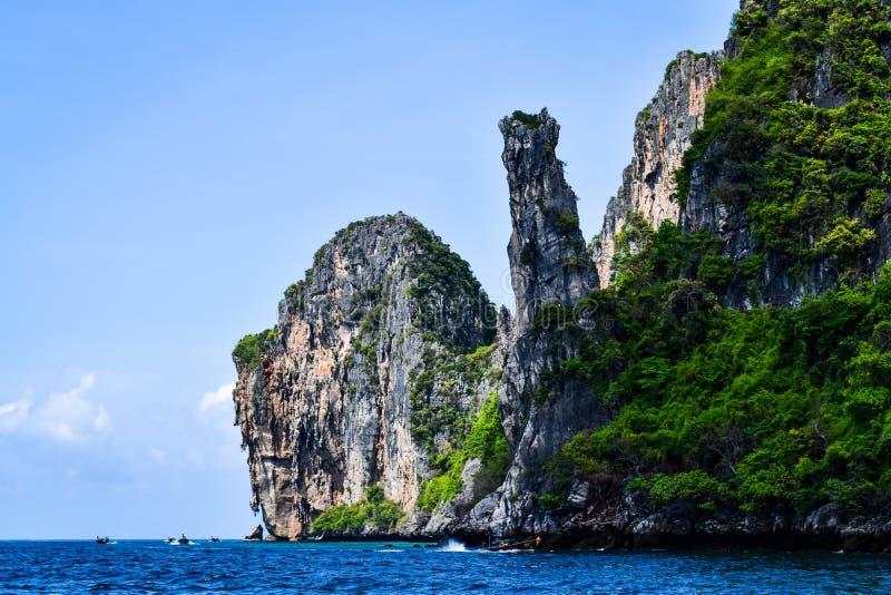 Felsen und Vegetation auf Insel im Andaman-Meer stockbild