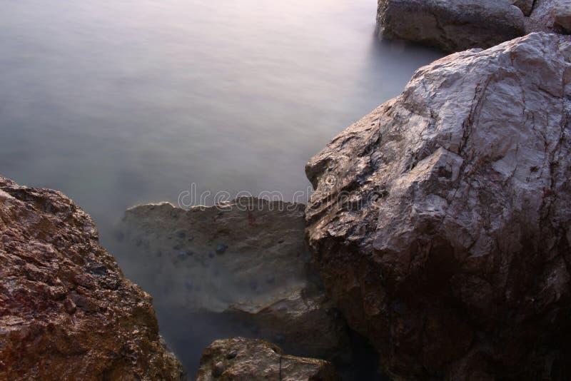 Felsen und Wasser stockbilder