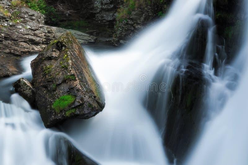 Felsen und Wasserfall in Geiranger norwegen lizenzfreie stockfotografie