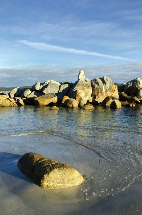 Felsen und Wellen, Schacht der Feuer, Tasmanien lizenzfreies stockbild