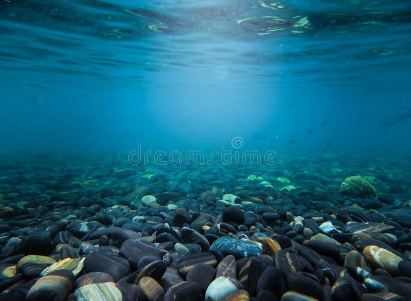 Felsen unter dem Meereswellenwasser in thailändischem Hintergrund mit Losen O lizenzfreie stockfotos