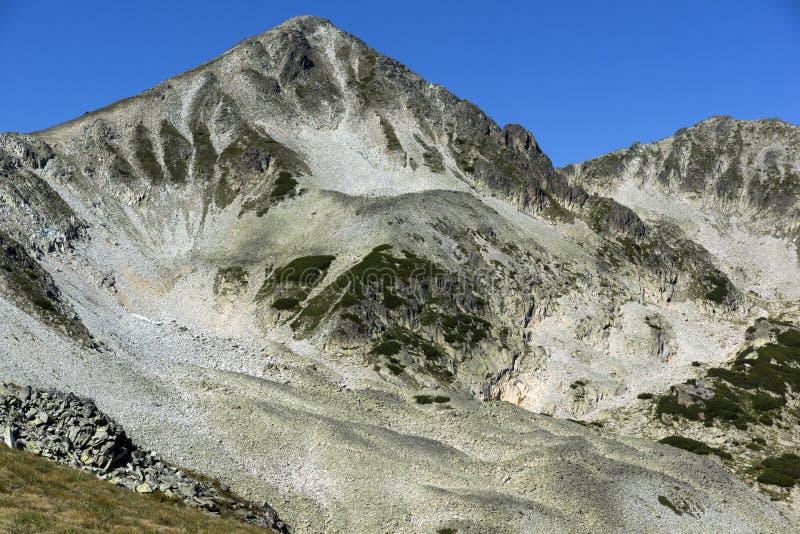 Felsen unter Polezhan-Spitze, Pirin-Berg stockfotos