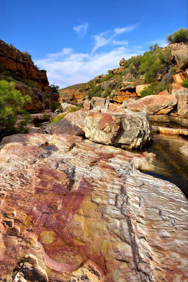 Felsen, Wasser, Himmel stockfoto