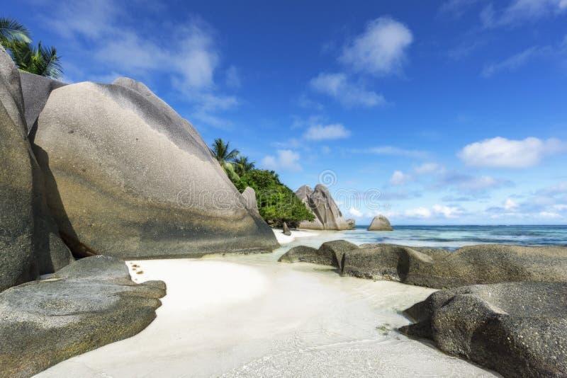 Felsen, weißer Sand, Palmen, Türkiswasser am tropischen Strand, La diqu stockbilder