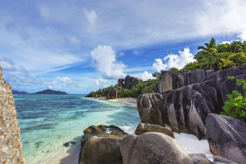Felsen, weißer Sand, Palmen, Türkiswasser am tropischen Strand, La diqu lizenzfreie stockfotos