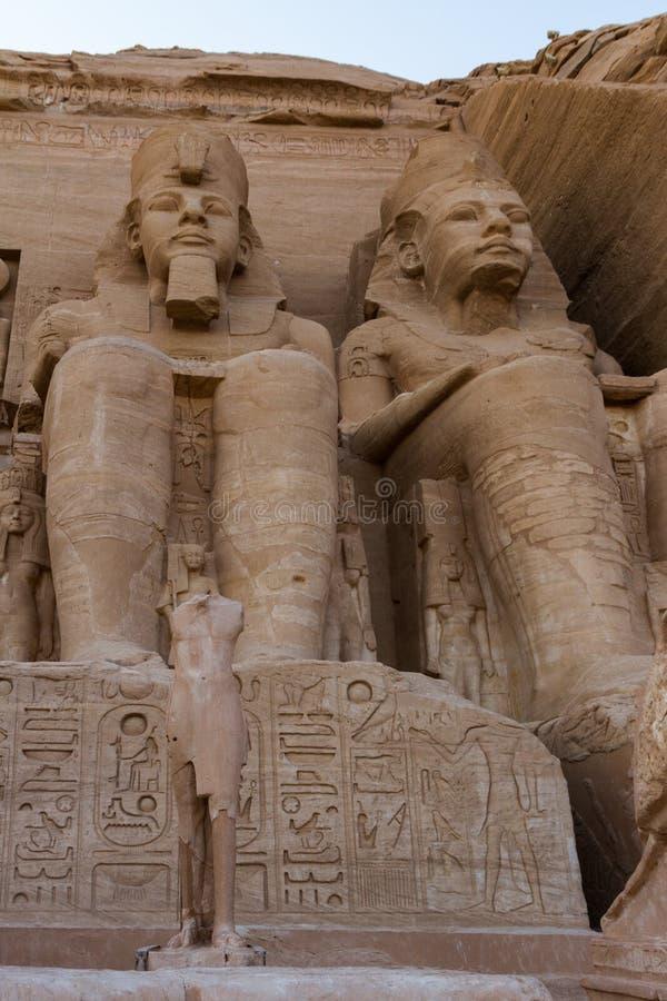 Felsen zwei schnitt Sitzzahlen von Ramses II auf der Front des Tempels bei Abu Simbe, Ägypten lizenzfreies stockbild