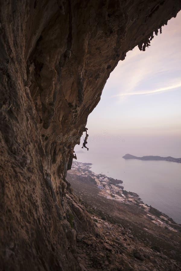 Felsenbergsteiger auf einer Klippe stockfotos