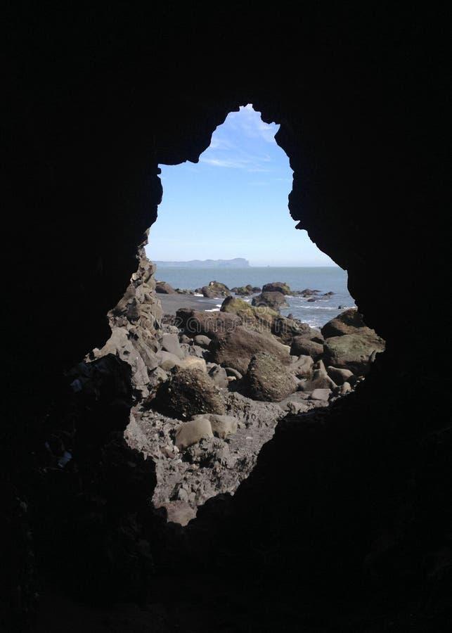 Felsenfenster zum weltberühmten Schwarzsandstrand Reynisfjara auf der Südküste von Island, Europa stockfoto