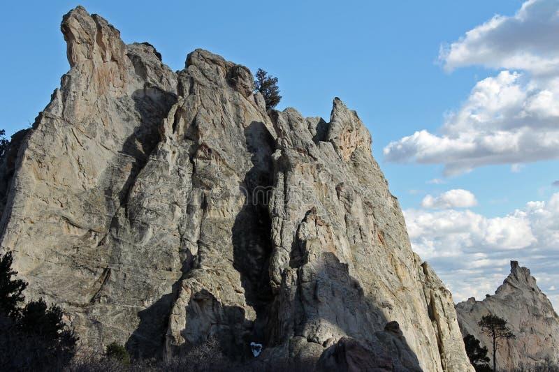 Felsengesicht mit Wolken stockbild