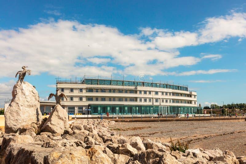 Felseninselskulpturen und Art- Decobinnenländisches Hotelgebäude in Morecambe lizenzfreie stockbilder