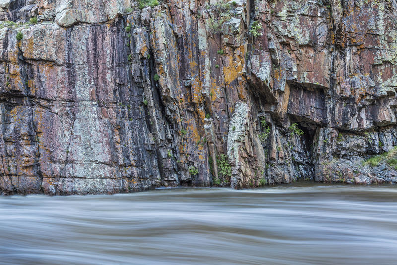 Felsenklippe und Whitewaterfluß lizenzfreie stockbilder