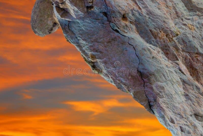 Felsenklippenberg in der Natur, die vom großen Höhlenstein auf Himmel Sonnenunterganghintergrund mit Kopienraum schön ist, addier lizenzfreie stockfotografie