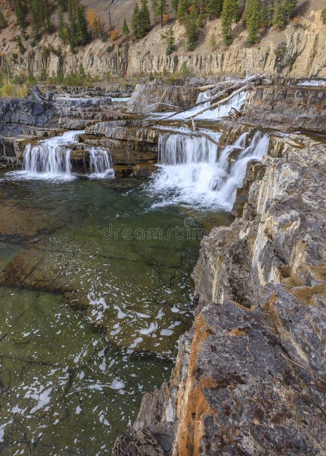 Felsenleiste durch Wasserfälle lizenzfreie stockfotografie