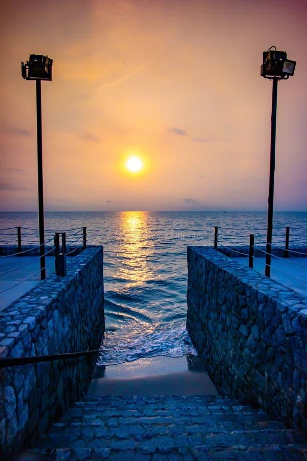 Felsentreppe greift zum Strand am Sonnenaufgangmorgen zu stockfotos