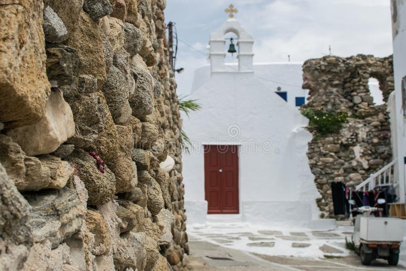 Felsenwand auf Mykonos lizenzfreies stockbild