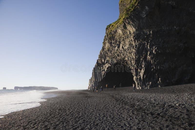 Felsformation auf schwarzem Sandstrand Reynisfjara, Island stockfoto
