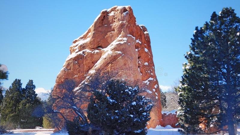 Felsformation, die vom Schnee hervorsteht stockfotografie