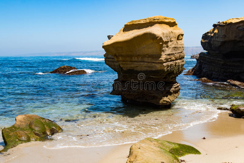 Felsformationen auf dem Strand in La Jolla, Kalifornien lizenzfreie stockfotografie