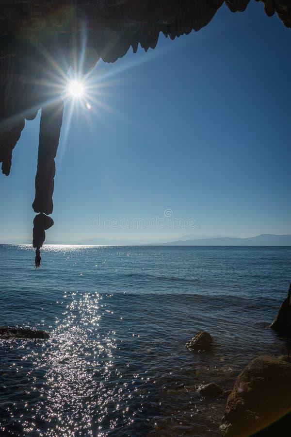 Felsformationen auf dem Strand in Loutra Edipsou, Evia, Griechenland lizenzfreie stockbilder