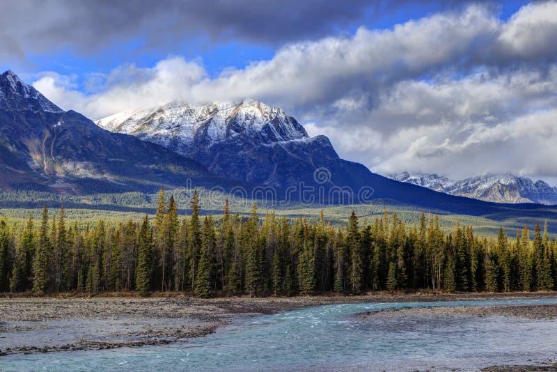 Felsige Berge und Athabasca-Fluss stockfotos