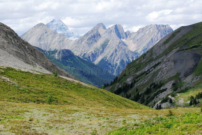 Felsige Berge und Tal stockfotos