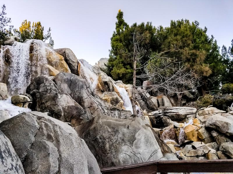 Felsige Berge wässern Fälle stockfoto