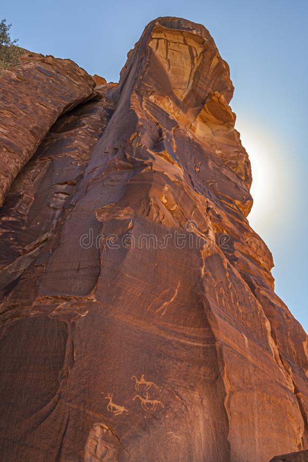 Felsige Bildung des Sandsteins an Nationaldenkmal Canyon de Chelly, mit Anasazi-Petroglyphen Vertikaler Aufbau New Mexiko, USA stockfoto