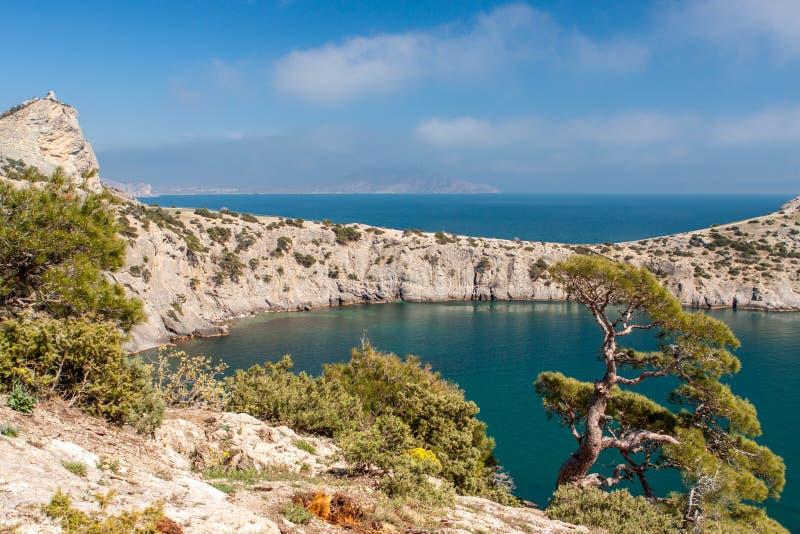 Felsige Bucht nahe Kap Kapchik in Novy Svet, Krim lizenzfreie stockbilder