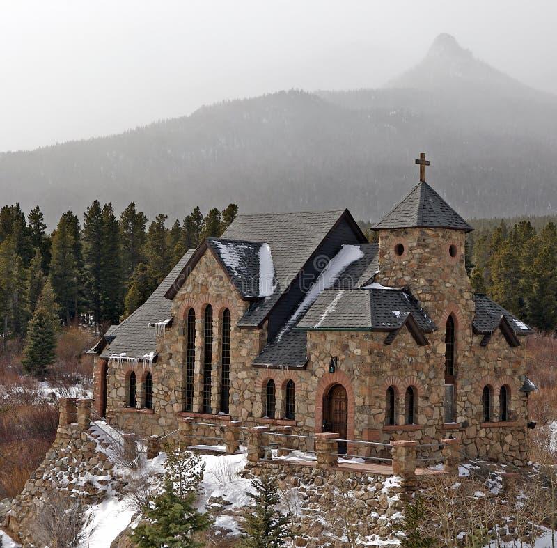 Felsige Gebirgskapelle stockfotografie