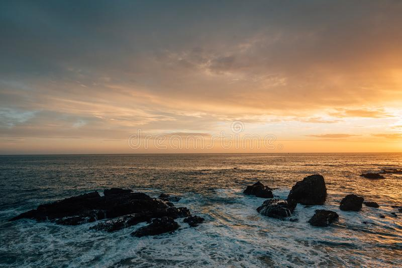 Felsige Küste bei Sonnenuntergang, an der Bucht des Holzes, im Laguna Beach, County, Kalifornien stockfotos