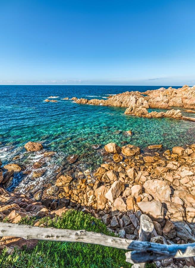 Felsige Küste in Costa Paradiso lizenzfreies stockbild