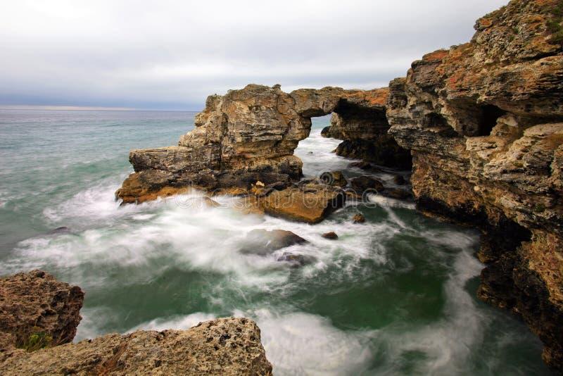 Felsige Küste am düsteren Tag stockfotografie