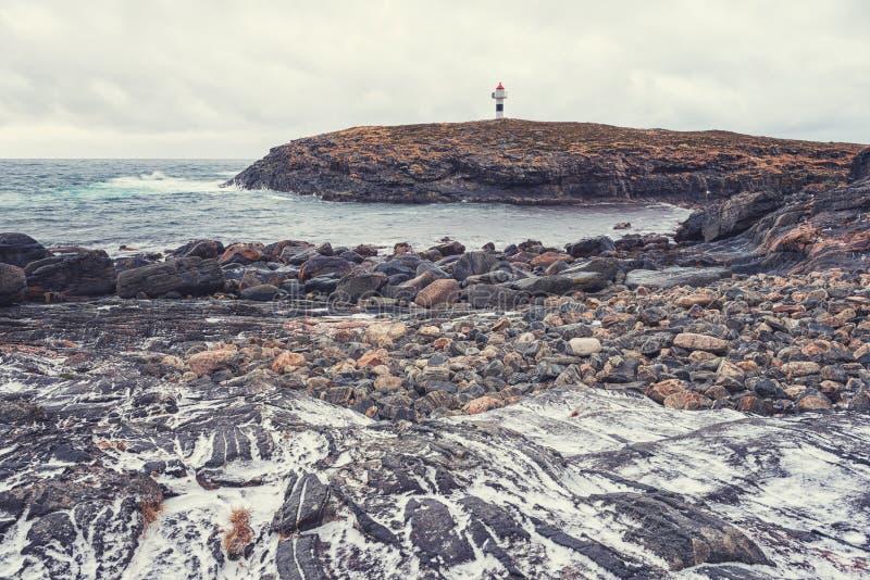 Felsige Küste des Ozeans, schwere Winterlandschaft, Lofoten-Inseln, Norwegen stockbilder