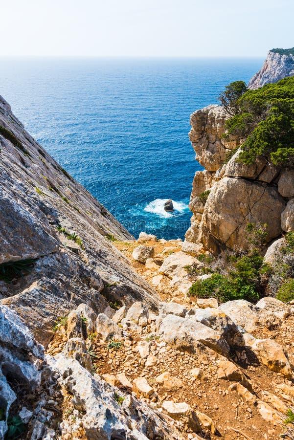 Felsige Küste im Capo Caccia stockbild