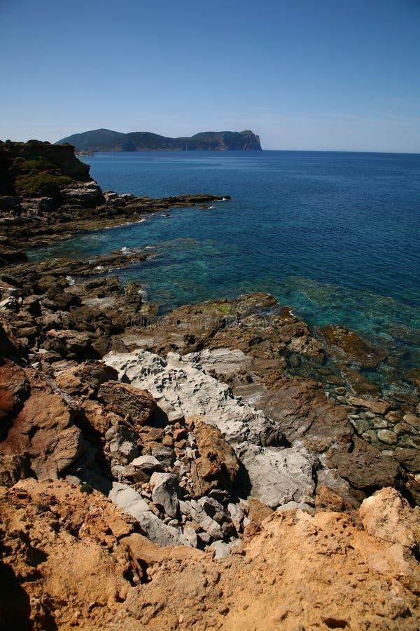 Felsige Küste mit Klippen stockfotos