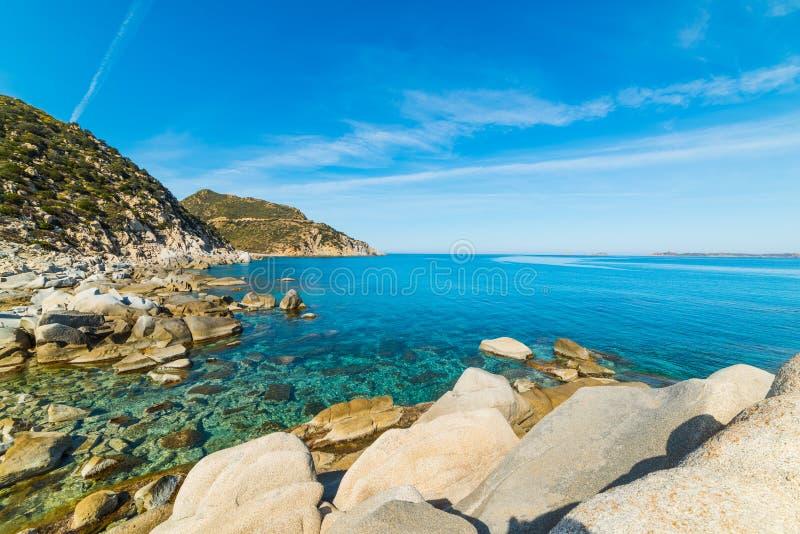 Felsige Küste in Punta Molentis stockfotos