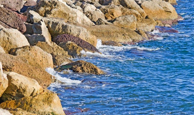 Felsige Küste in Sardinien lizenzfreie stockfotos