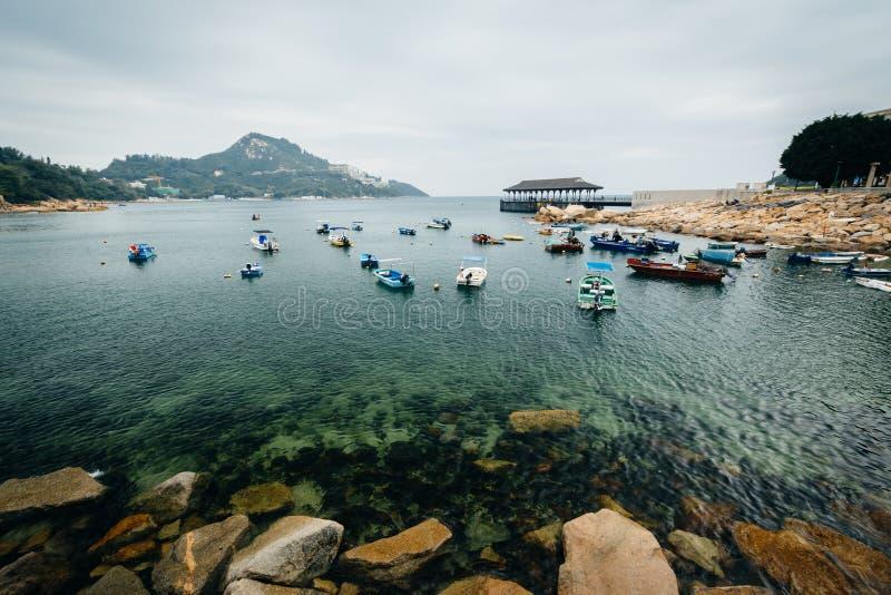 Felsige Küste und Boote bei Stanley, auf Hong Kong Island, Hong Kong lizenzfreies stockfoto