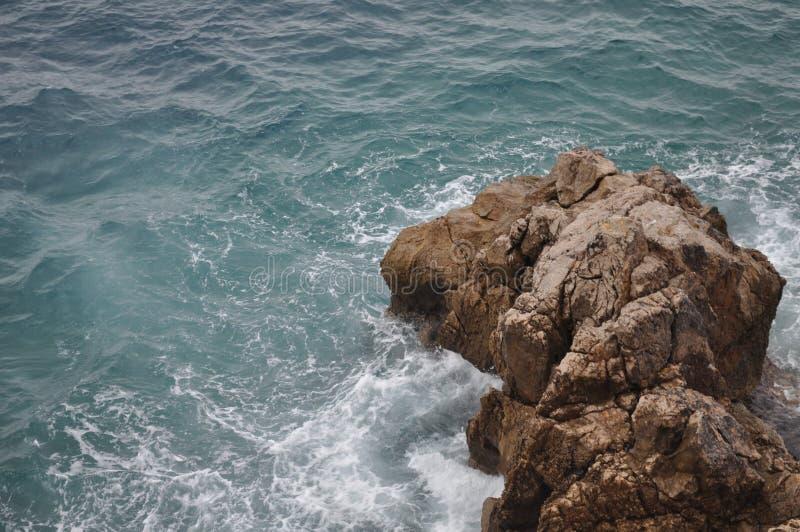 Felsige Küste und Wellen stockbild