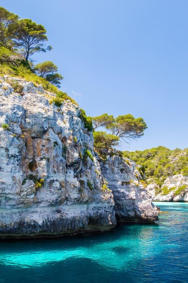 Felsige Küstenlandschaft Menorca lizenzfreies stockfoto