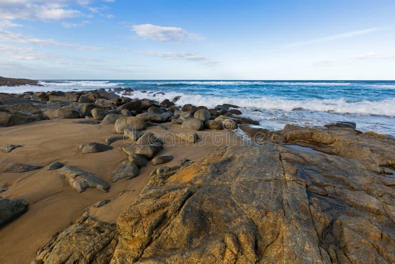 Felsige Küstenlinie auf vier Meilen-Nebenflussstrand in Tasmanien, Australien stockbild